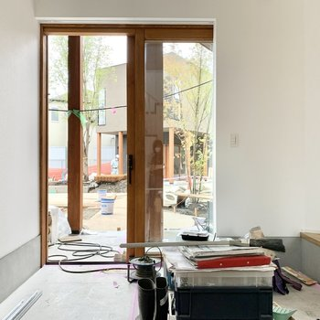 スライド式の玄関ドアだから、荷物の搬入も楽々。※工事中の写真です