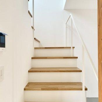 階段にも自然光が入り明るく気持ち良いです。