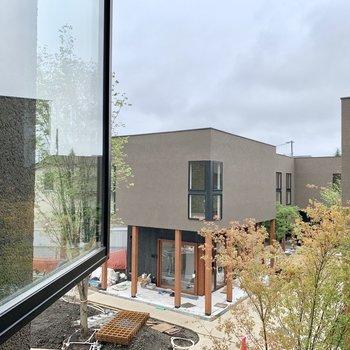 2階、南西側眺望は共用部に面していて、開けていますよ。