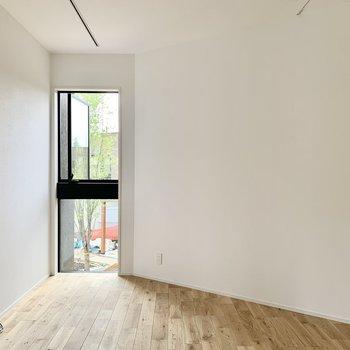 窓が大きすぎないのが落ち着くポイント。※工事中の写真です