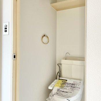 トイレはラベンダー色のクロス。綺麗な印象が漂っています。