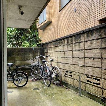 【テラス反対側窓】駐輪スペースがチラッと。