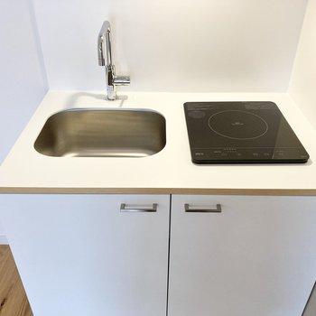 【イメージ】キッチンはIHの1口コンロです。※シンクの位置は反転しています