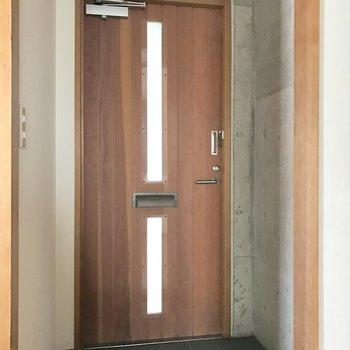 玄関扉もまた良い味♬(※写真は2階の同間取り別部屋のものです)