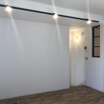 照明がキラキラしてる。※写真は2階の同間取り別部屋のものです