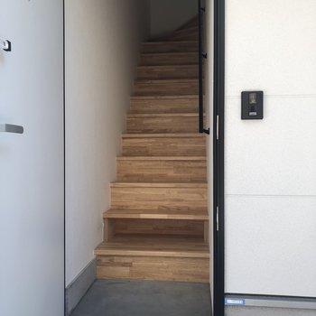 小さなシューズボックス付き。※写真は2階の同間取り別部屋のものです