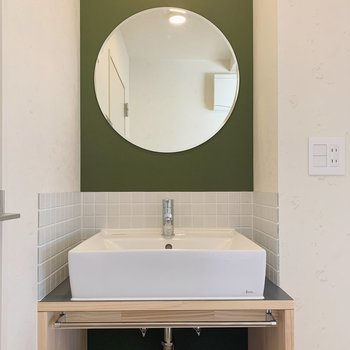 丸い鏡が特徴的な独立洗面台があります。※写真は前回募集時のものです