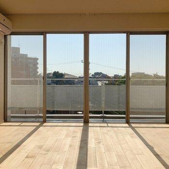 【洋室①】リビングと並ぶ洋室は1面が窓に!※写真は前回募集時のものです