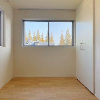 【洋室②】お次は玄関側の洋室へ。こちらも2面採光です。※写真は前回募集時のものです