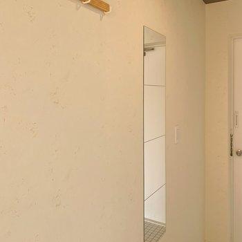 壁にはコート掛けや姿見を設置。※写真は前回募集時のものです