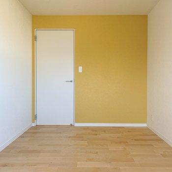 【洋室②】壁にはかわいいイエローが広がります。※写真は前回募集時のものです