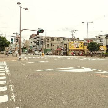 【周辺環境】エントランスの裏手は大通りの交差点になっていました。