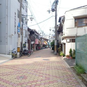 【周辺環境】この道をまっすぐ行くと大阪屈指のディープな商店街のアーケードの下へ。