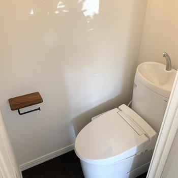 トイレは落ち着く個室タイプ。