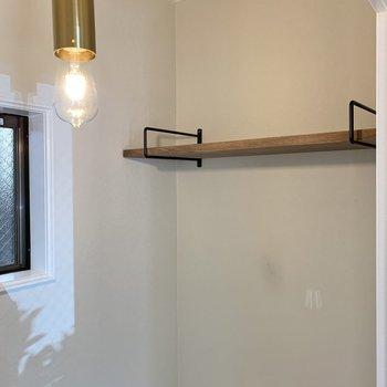 ペーパーホルダーや棚はアンティークっぽいデザイン。