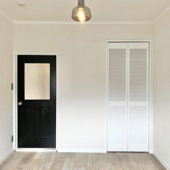 【洋室2】ダブルベッドがゆったり置ける広さはあります。