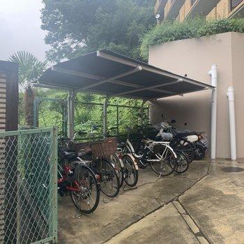 敷地内には屋根付きの駐輪場も。