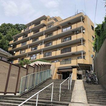 マンションは階段を上った先に。