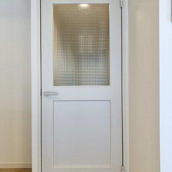 【イメージ】廊下と繋がるドアにはオシャレなチェッカーガラス。