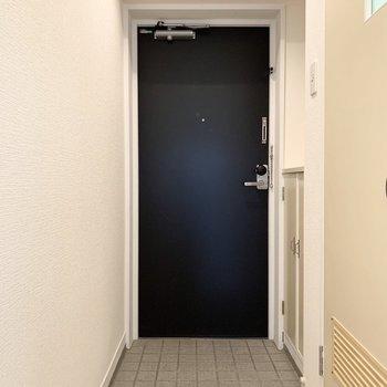 さて、室内の最後は玄関を。(※写真は5階の同間取り別部屋のものです)
