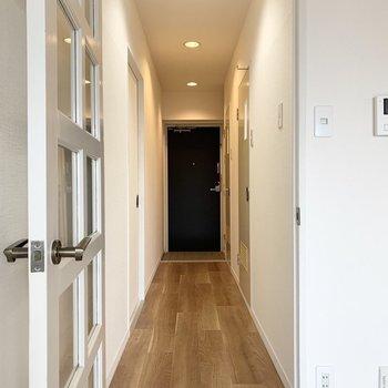 水廻りは廊下を介して。(※写真は5階の同間取り別部屋のものです)