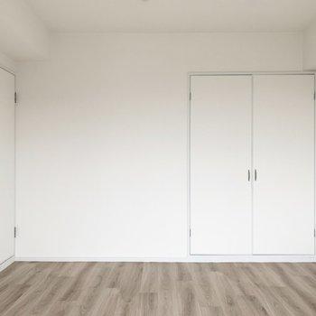 【洋6.5】こちらは6.5帖のお部屋です。真っ白な空間に床のカラーが素敵ですね◎(※写真は5階の同間取り別部屋のものです)
