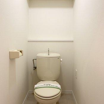 おトイレもシンプルですが、コンセントがあるのでウォシュレットの後付けも可能です。(※写真は5階の同間取り別部屋のものです)