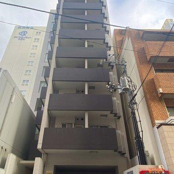 スリムで、縦に高いマンション。