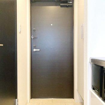 スタイリッシュな玄関です。(※写真は4階の同間取り別部屋のものです)