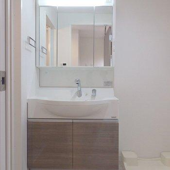 洗面台はシャンプードレッサ。(※写真は6階同間取り別部屋のものです)