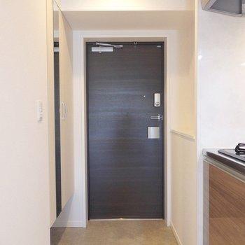 玄関スペースにはゆとりがあります。(※写真は6階同間取り別部屋のものです)