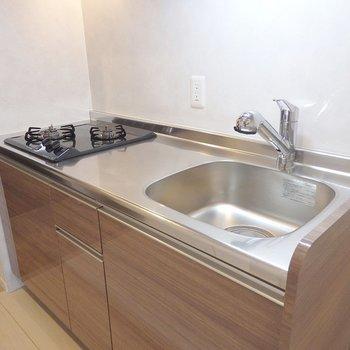 キッチンは2口のガスコンロ。(※写真は6階同間取り別部屋のものです)