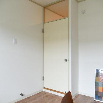 【洋室】扉はシンプルな形。