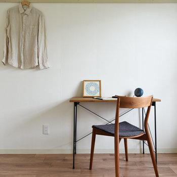 【洋室】床に合わせてテーブルや椅子も木製の物を配置するとより映えます。
