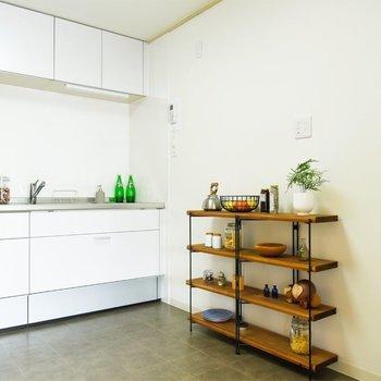 【キッチン】ラックを置いて食器置き場や調味料置き場に。