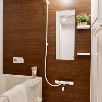 ダークブラウンがシックな浴室。