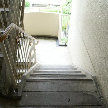 階段には手すりが付いていますよ。