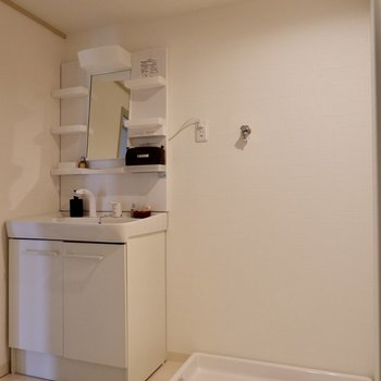 清潔感ある洗面台と洗濯機置場。