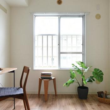 【洋室】こちらのお部屋も採光がしっかり入ります。