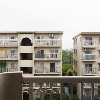 正面からの眺望、向かいには建物があります。(LDK)