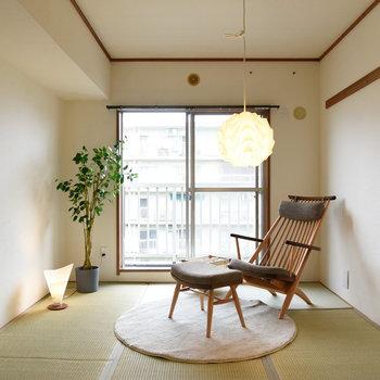 【玄関隣の和室】広さはこちらも約6帖。
