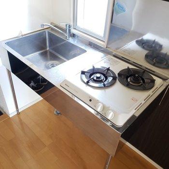 スタイリッシュなキッチンは嬉しい2口コンロ(※写真は7階の同間取り別部屋のものです)