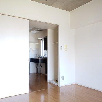 左に見えるこの扉……(※写真は7階の同間取り別部屋のものです)