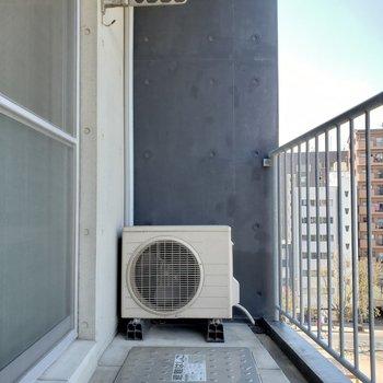 晴れた日はバルコニーに出て外を眺めるのも悪くない(※写真は7階の同間取り別部屋のものです)
