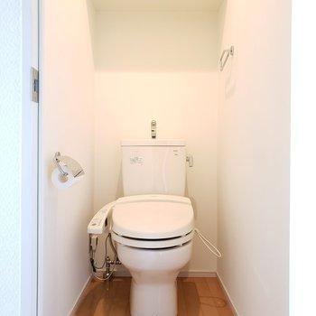 トイレはウォシュレットつき。(※写真は7階の同間取り別部屋のものです)