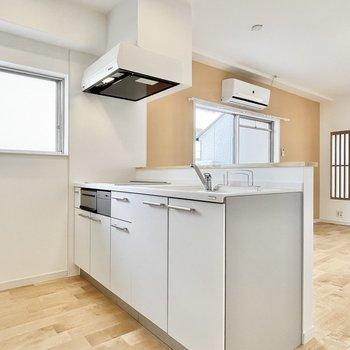キッチン横にも窓があって、明るい環境でお料理も楽しく♪