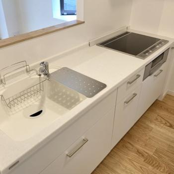 キッチン】IH3口、掃除もしやすい人工大理石の天板になります。