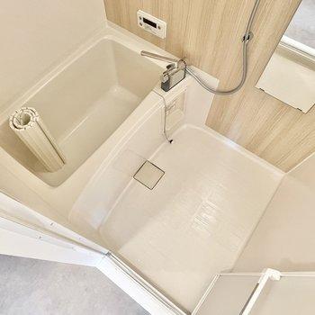 浴室は既存ですが、木目調のシートを貼ってお部屋とリンクしております