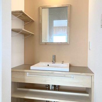 洗面台は可愛く、そしておしゃれな飾り棚も◎