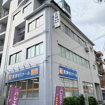 1階にはゼミの入るRC造の建物です。